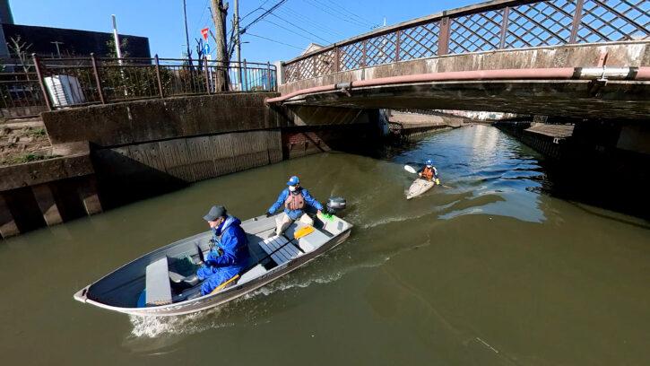 伝右川を進むボート