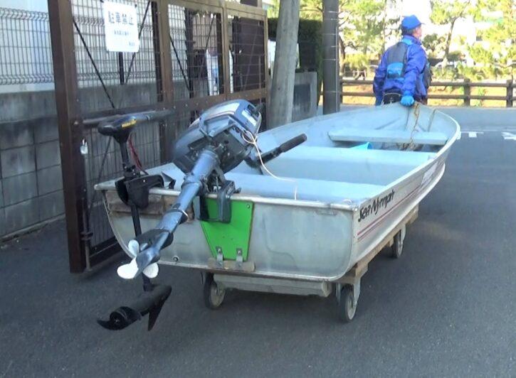 エレキモーターとエンジンを付けたボート、船着き場へ